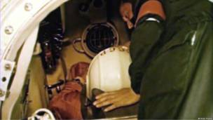Гагарина готовят к полету