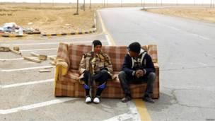 Повстанцы отдыхают на диване на КПП неподалеку от Адждабии