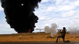 Ливийский повстанец стреляет из РПГ