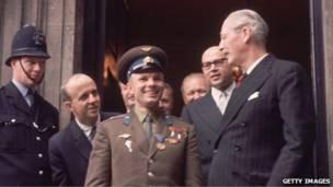 Гагарина встречает британский премьер-министр Гарольд Макмиллан