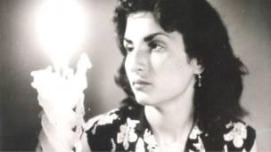 Joven judía iraní con vela encendida