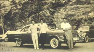 Iraníes en Darbán, junto a un Dodge Coronet