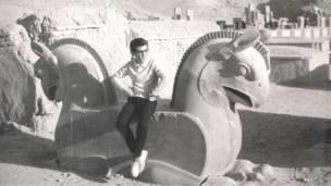 Joven y monumentos en Persépolis, Irán