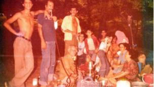 Familia judía reunida al aire libre en Irán