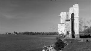 Развалины дома на обрыве