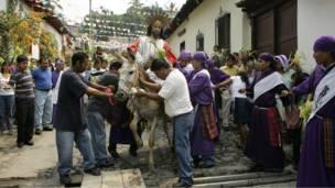 احتفالات في بلدة بالسلفادور