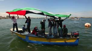 غزه – په غزه کې فلسطيني وګړي د ایټالوي تښتول شوي وګړي شفیتوریو رایګوني او د هغه د وژل کېدا په غبرګون کې راوتلي دي.