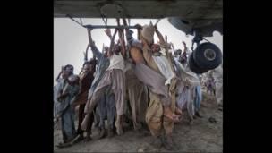 همدارنګه، د رویټرز خبري اژانس عکاس ادریس لطیف د ازادو عکاسانو په ډله کې د پاکستان سېلاب ځپلو سیمو د انځور له کبله جایزه ترلاسه کړه. په انځور کې سېلاب ځپلي له الوتکې راغورځېدونکې مرستې ترلاسه کوي.