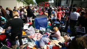 婚礼举行地点西敏寺教堂对面的行人区挤满帐篷,不少人几天前已经到场抢占有利位置。