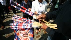 商贩把握机会兜售纪念旗,5英镑两把,生意火红。