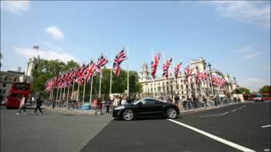 距离西敏寺教堂不远的英国议会广场四周也挂满了米字旗。