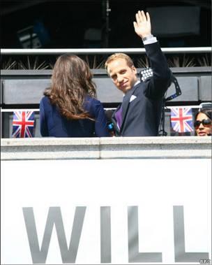 扮演威廉和凯特的演员也忙于在特拉法加广场拍摄工作。