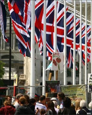议会广场长期有不同诉求的团体举行抗议,即使王室婚礼在即依然高挂抗议标语。