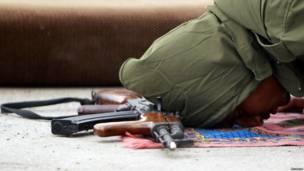 Повстанец в Ливии молится