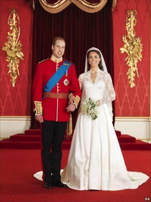剑桥公爵伉俪在白金汉宫王座室留影(29/4/2011)