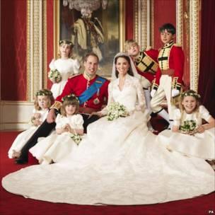 剑桥公爵伉俪在白金汉宫王座室与花童合影(29/4/2011)