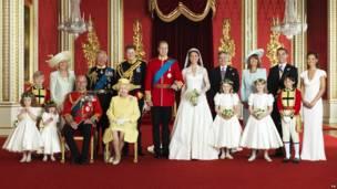 在白金汉宫王座室拍摄的剑桥公爵伉俪官方婚照,前排包括爱丁堡公爵(左三)和女王伊丽莎白二世,后排包括康沃尔公爵夫人卡米拉(左二)、威尔士亲王查尔斯(左三)、哈里王子、剑桥公爵伉俪(中)、菲利帕·米德尔顿(右一)、詹姆斯·米德尔顿(右二)、迈克尔·米德尔顿伉俪(右三、右四)(29/4/2011)