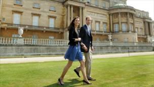 威廉王子与剑桥公爵夫人凯瑟琳在白金汉宫草坪上牵手踱步(30/4/2011)