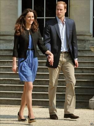 威廉王子与剑桥公爵夫人凯瑟琳在白金汉宫外牵手踱步(30/4/2011)