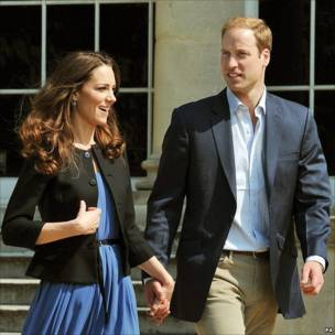 威廉王子与凯特在白金汉宫外牵手踱步(30/4/2011)