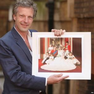 王室大婚官方摄影师休吉•伯南德展示剑桥公爵伉俪的合照(30/4/2011)