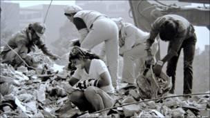 Vecinos del multifamiliar Juárez en los escombros de los edificios demolidos. Bob Schalkwijk, 1985