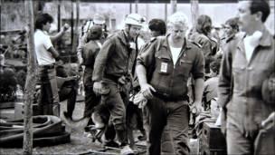 Rescatistas extranjeros en Unidad habitacional Tlatelolco. Bob Schalkwijk, 1985