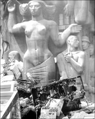 Conjunto escultórico en la Secretaría de Comunicaciones y Obras Públicas. Bob Schalkwijk, 1985