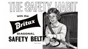 Женщина за рулем пристегнута ремнем безопасности