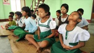 Anak-anak melakukan meditasi di Labutta