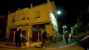 Огороженное здание, пострадавшее в результате землетрясения