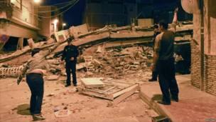 Жители Лорки показывают полицейским разрушения