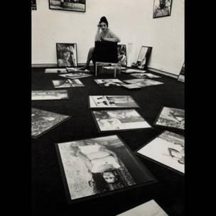 Ida Kar preparando su expo sobre Cuba. Foto de R. Chowen para el Evening Standard