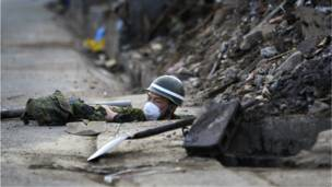 Голова солдата торчит из канализационного люка