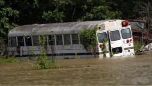 یوه مسافر وړونکی بس د امریکا د مسیسیبي ایالت په نهر کې لوېدلی دی.