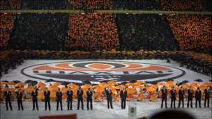 Гравці клубу, головний тренер та президент «Шахтаря» на полі стадіону.