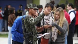 Dos jóvenes piden información a un soldado