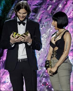 Запрошеними гостями, які оголошують переможців премії, були актор Ештон Катчер та співачка Нікі  Мінай.