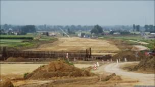 Ось незабудована ділянка автомагістралі А2 біля селища Лишковіце, що з'єднує Варшаву і Лодзь. За цю дорогу взялася китайська компанія COVEC. Тепер будівництво призупинили  через суперечки між компанією та польським урядом. Раніше Польща планувала закінчити будівництво автомагістралі до травня 2012.
