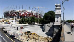 Варшавський стадіон сприяє патріотичному й урочистому настрою. Його планують завершити з 10 місячним запізненням. Відкриття очіється у березні 2012 року.