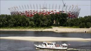 Стадіон у Варшаві теж досі будують, але якшо на нього дивитися здалеку, то виглядає він барвисто.