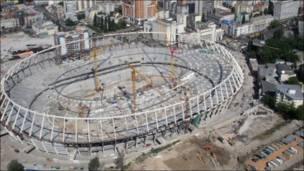 Ось таким пташки бачать НСК Олімпійський, де планують провести фінальний матч чемпіонату, звісно якщо встигнуть добудувати.