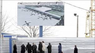 Делегація УЄФА з надією дивиться яким має бути донецький аеропорт, поки що він нагадує будівельний майданчик. Квітень 2010.