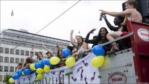 Останній шкільний дзвоник з шведським колоритом. Парад випускників у центрі Стокгольма.