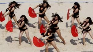 Дівчата з групи підтримки під час міжнародних змагань з волейболу у Китаї.