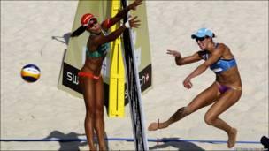 Бразилійка Лариса Франка стрибає, щоб відбити м'яч у матчі з волейболу проти австралійської збірної на міжнародних змаганнях у Китаї.