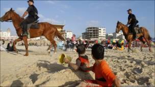 Пляж у секторі Газа: виявляється представники руху ХАМАС можуть не тільки воювати, вони ще й охороняють громадський порядок.