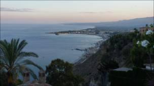 """Сицилія більше схожа на рай, аніж на """"серце італійської мафії"""". Аж не віриться, що саме тут відбувалися криваві і бурхливі пригоди Комісара Катаньо, якого зіграв Мікеле Плачідо."""