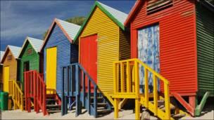 """""""Розфарбуй своє життя!"""" - ймовірно, таким гаслом, може запрошувати відвідувачів пляж Сент Джеймс у Кейптауні, Південна Африка."""