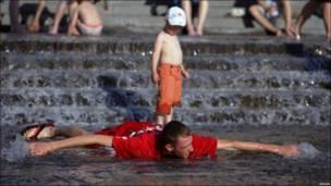 Щоб купатися і засмагати, українським чоловікам не обов'язково потрібен пляж. Їм комфортно у фонтанах.